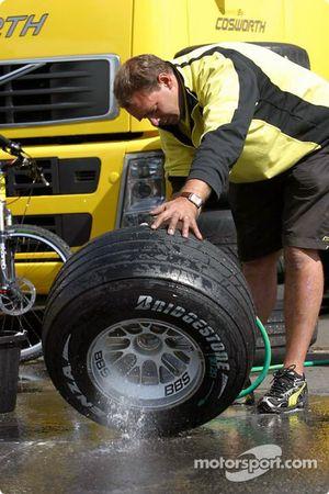 Un membre de Jordan nettoie les roues