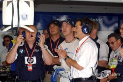 Patrick Head, Ralf Schumacher et Mario Theissen regarde le tour de qualifications de Juan Pablo Montoya