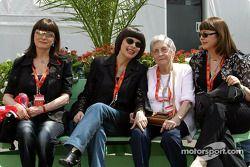 Invités de Ferrari: la chanteuse Mireille Mathieu avec sa mère et ses soeurs