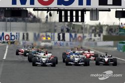 La arrancada: Ralf Schumacher toma la delantera sobre Juan Pablo Montoya