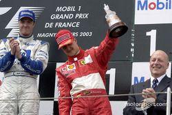 Podio: tercer puesto para Michael Schumacher.