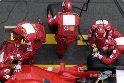Miembros del equipo Ferrari en el trabajo durante la parada en boxes de Michael Schumacher.