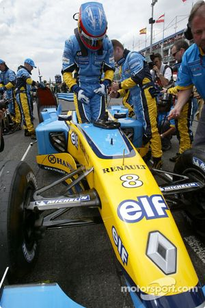 Fernando Alonso en la parrilla de salida