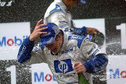Le podium: douche de champagne pour le vainqueur Ralf Schumacher