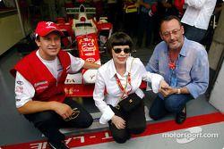 Olivier Panis avec la chanteuse Mireille Mathieu et l'acteur Jean Reno
