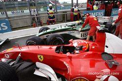 Michael Schumacher y Mark Webber chocan en el pitlane