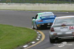 la Porsche 911 n°41 de l'équipe Planet Earth Motorsports pilotée par Joe Nonnamaker, Wayne Nonnamaker, et l'Audi S4 n°04 de l'équipe Istook/Aines Motorsport Group pilotée par Don Istook, Paul Zube