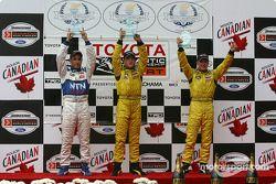 Le podium: le vainqueur A.J. Allmendinger avec Aaron Justus et Jonathan Macri