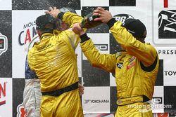 Le podium: champagne pour A.J. Allmendinger avec Aaron Justus et Jonathan Macri