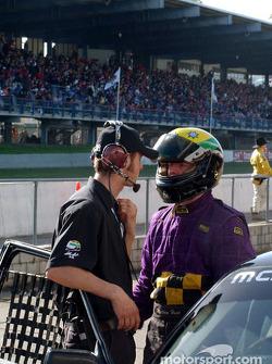 Hunt briefe son équipe sur la performance de la voiture après la course