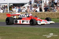 Lorina McLaughlin sur la McLaren Cosworth M24 de 1976