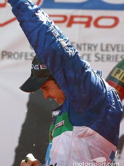 Le podium: champagne pour Memo Rojas