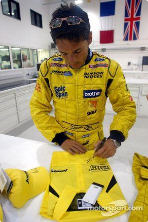 Giancarlo Fisichella signe des autographes