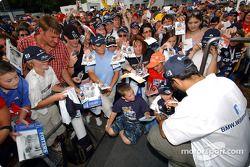 Juan Pablo Montoya firma de autógrafos