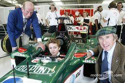 Jackie Stewart de Jaguar posa con el duque de Kent y su nieto, Edward Lord Downpatrick, en el área d