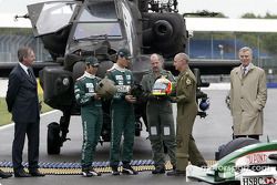 Antonio Pizzonia y Mark Webber intercambio de cascos con pilotos de Apache mayor Mick Manninng y cap