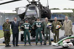Brigadier Richard Folkes, le très honorable Geoff Hoon, Secrétaire d'Etat à la Défense, Antonio Pizzonia, Mark Webber, les pilotes de l'Apache Major Mick Manninng, le capitaine Bill McPhee et le président de la FIA Max Mosley