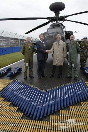 Le très honorable Geoff Hoon Secrétaire d'Etat à la Défense serre la main avec le président de la FIA Max Mosley comme les pilotes de l'Apache Major Mick Manninng et le capitaine Bill McPhee