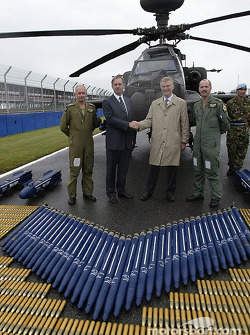 Rt Hon. Geoff Hoon Secretary, State for Defence shakes hands ve FIA başkanı Max Mosley as Apache pil