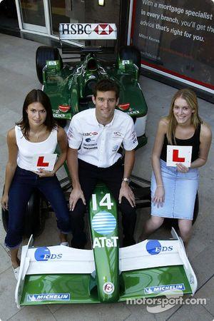 Mark Webber est représenté avec les étudiants Laura Taylor et Kate Nield à leur succursale local de HSBC à Milton Keynes