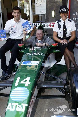 Mark Webber avec un membre local du Parlement pour Milton Keynes, le député Graham Mabbutt et un WPC locale pour promouvoir le nouveau guide de la sécurité routière au centre commercial de Milton Keynes