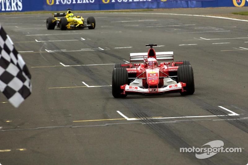 Rubens Barrichello se lleva la bandera a cuadros