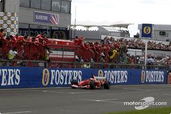 Los miembros del equipo Rubens Barrichello y Ferrari celebran la victoria
