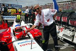 Olivier Panis y Toyota Ejecutivo Vice Presidente el Dr. Saito