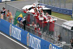 Los miembros del equipo Toyota celebran el 7 º lugar final para Cristiano da Matta