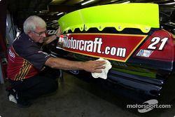 Le membre de l'équipe Woods Brothers Racing Mike Hartman