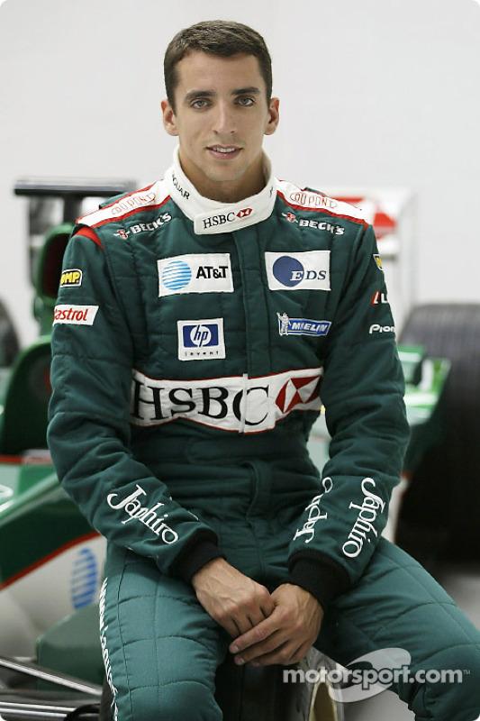 Justin Wilson posa con el coche Jaguar F1 después de su traslado a Jaguar Racing de Minardi en la fá
