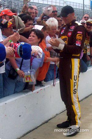 Dale Jarrett signe des autographes