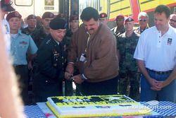 On coupe le gâteau d'anniversaire avec un sabre