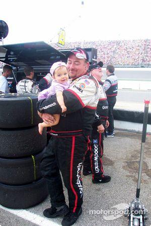 Un membre de l'équipe de Kevin Harvick et sa fille