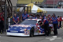 La voiture de Todd Bodine poussé jusqu'au garage