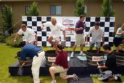 Pilotes American Le Mans Series Johnny Herbert, JJ Lehto et Eliseo Salazar participent à une compétition d'écrasement de raisin mercredi à Napa; Herbert a remporté le concours en produisant le plus de jus tout en piétinant les raisins
