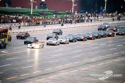 Emanuele Pirro avec l'Audi R8 au centre ville de Beijing
