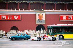 Emanuele Pirro avec l'Audi R8 dans le trafic de Beijing