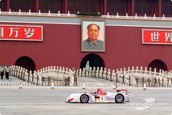 Emanuele Pirro sur l'Audi R8 en face de l'entrée de la Cité Interdite de Beijing