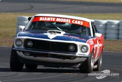 Chris Stillwell voit sa Mustang partir de côté lors des essais des voitures de tourisme historiques