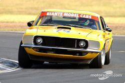 Brad Tilley sur la voie de mettre sa Mustang en pole lors des essais des voitures de tourisme histor