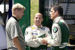 Toni Gardemeister et Didier Auriol discutent avec Denis Giraudet