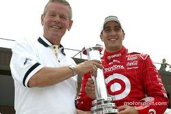 Tomas Scheckter reçoit le MBNA Pole Award par Bobby Unser