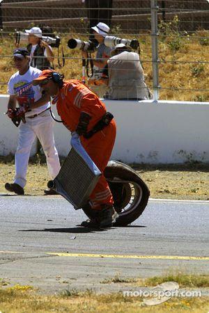 Les commissaires de sécurité nettoient la piste