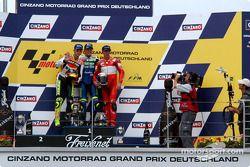 Le podium: le vainqueur Sete Gibernau avec Valentino Rossi et Troy Bayliss