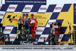 Podio: ganador de la carrera Sete Gibernau, segundo lugar Valentino Rossi y el tercer lugar Troy Bayliss