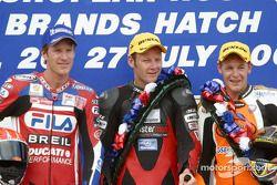 Le podium: le vaiqnueur Shane Byrne avec Neil Hodgson et Chris Walker