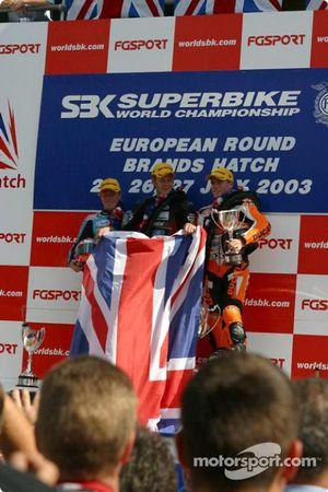 Le podium: le vainqueur Shane Byrne avec John Reynolds et James Toseland