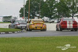 la Porsche Carrera n°15 de l'équipe TPC Racing pilotée par John Beaver, George Smith, et la Mustang Cobra R n°30 de l'équipe Frederick Motorsports pilotée par David Brown, Hank Mountain