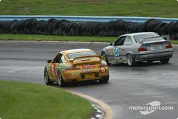 la Porsche Carrera n°15 de l'équipe TPC Racing pilotée par John Beaver, George Smith, et la BMW M3 n
